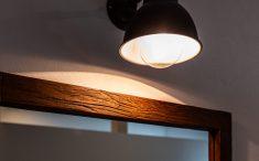 鏡の枠の風合いが素敵です。古材を再利用した枠を使用しています。