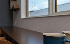 長いカウンターは二人並んでお茶をするときにも大活躍