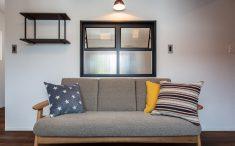 室内窓上にも照明をつけて雰囲気つくりを楽しみます