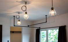 ランダムに配置したペンダント照明も空間演出の一つ
