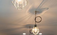 照明器具のワイヤー部分が天井に影として映し出されて素敵です