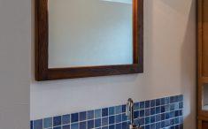 オーナー様お気に入りの鏡廻りにも、タイルや照明で特別感を演出しています。
