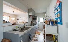 3連グリルのついたキッチンは使いやすいです。キッチンはラクシーナを採用。