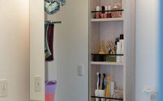 洗面のミラーキャビネットにオープンスペースがあるのは便利です。