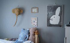 グレーの壁にグレー調のポスターを飾るセンスがとても良いです!